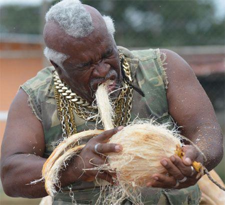 「鐵齒」老翁 6 小時用牙齒剝 500 個椰子