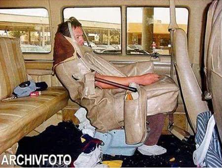 為偷渡到美國 墨男披皮套扮巴士座椅